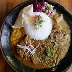 創作カレー MANOS - 3種がけ(MANOSチキンカレー、鮭とほうれん草のレモンポークカレー、ホタテと筍のタイカレー)