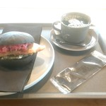 セレーノ シーフード&カフェ - 料理写真:フィッシュサンド(黒)450円+税とホットコーヒー 400円+税