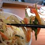 讃岐うどん薫 - 細切りの野菜がサックリ揚がっていて食べやすく美味しいです