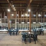 ありすこぅひぃ工房 - 鰊漁で使用した巨大な船が展示されている