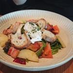 ロイヤル ガーデン カフェ - ベーコンとキノコとポテトと半熟卵のサラダ1,200円
