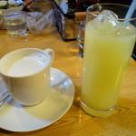 オレンジ・ピープル 海賊の宝物 - 右:グレープフルーツジュース 左:ホットミルク