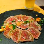あか牛Dining yoka-yoka - あか牛のたたき 柚子白醤油ソース1,280円。
