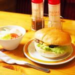 コメダ珈琲店 - 料理写真:ドミグラスバーガー、ミニサラダ