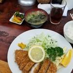 115251836 - ランチとんかつ定食(ロース訪問時¥880)キャベツ半分、ご飯半分