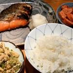 一休 - 定食の一コマ、塩鮭、鳥取米、チャンプルー、焼きタラコ