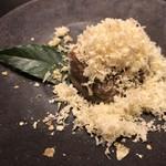 115268795 - 豆腐の外側はパリパリに焼かれているが、中はトロットロで熱々。利早栗のパウダーで綺麗に彩られている。