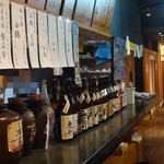立ち飲み屋 磊磊 - 左側が飲物で右奥が料理オーダーカウンター