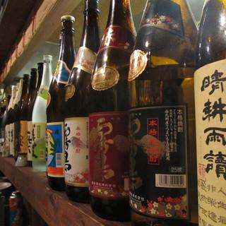 カウンターに並ぶ本格焼酎のボトルが並びます。