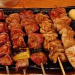 やきとん 三吉 - 焼きとん五本盛り 580円(右から)テッポウ、シロ、ハラミ、カシラ、タン