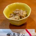 天文館 吾愛人 - お通し(200円)鶏皮とタマネギの酢の物
