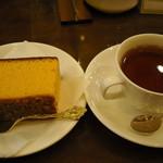 115314262 - カステラとコーヒーセットを紅茶に
