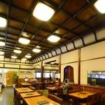 のれんと味 だるま料理店 - 1階・テーブル席。大正モダン、天井の高い店内です。