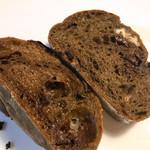 ブーランジェリー コロン - 生地にはコーヒーの良い香りと苦味が大人味。上の方のベイクドチョコがドストライク(^^♪アクセントのクルミも名脇役!