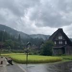 落人 - この日は生憎の雨でしたが、雨の中に佇む合掌造りの古民家もまたオツな風景ですね。
