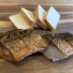 寄りみちバル CHILLAX - 自家製スモークチーズ¥500/鯖の燻製¥500
