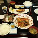 11533412 - 金目鯛の煮付け定食(手前)と銀だら焼き定食(奥)