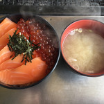 115340324 - 鮭の親子丼と味噌汁
