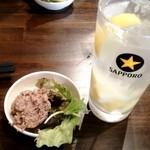 新宿思い出横丁 牛タンいろ葉 - お通しと塩レモンサワー