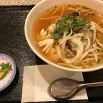 KHANHのベトナムキッチンGINZA999・Chi em - トムヤムスープの辛口海鮮フォー