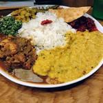 115360510 - 手前にレンズ豆のカレー(右)とチキンカレー(左)、ビーツなどの野菜の副菜
