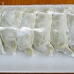 揚げ物のおおしお - 生餃子(10個¥280)パックの状態です