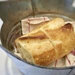ビストロ ピック ドール - 高宮「モロパン」のカンパーニュ・・・パンは温めて出され、美味しい