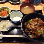 水ひき亭 - 甘辛みそ丼(温玉、サラダ、味噌汁、香の物付き)(¥700)