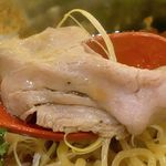 焼きあご塩らー麺 たかはし - 低温調理されてしっとりと柔らかな上に、お肉の旨味がじんわり感じられるものが入っています!