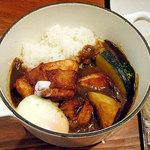 日本の洋食キートン - 名物!!若鶏の圧力揚げと温泉卵のカレー960円