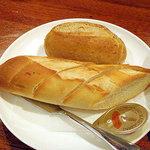 日本の洋食キートン - お得なセット(ミニサラダ、ポタージュ、ライスor自家製パン)550円 の パン
