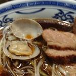 濃厚醤油麺 ミツジロウ - あさりアップ