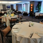 LUGALIS - 広々としたエレガントな空間に、ゆったりと結婚式場のようなテーブルセッティング