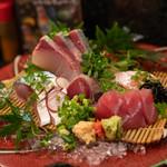 赤鶏炭焼 大安 - 魚お刺身 五種盛り(1,300円)カンパチ、生サバ、カツオのタタキ、サーモン、マグロ
