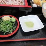 資さんうどん - 天ぷらは天つゆに加え抹茶塩が添えられてたんで好みで食べ分けました。