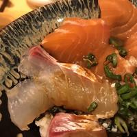 魚・串料理 つぼみ-身厚な魚に胡麻ダレをかけ食らう 真鯛とサーモンのアップ