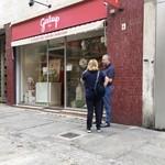 115428237 - 店の前には典型的なイタリア人夫妻