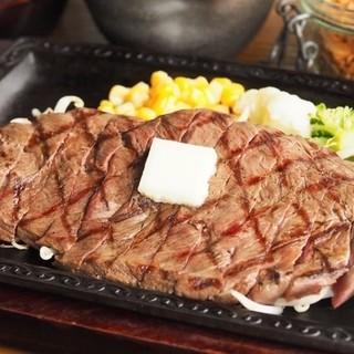ステーキはお箸でお召し上がりいただけるよう、カットしてご提供