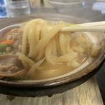 115449303 - うどんは少し幅広でクタクタに煮込まれて柔らかい食感。ニンニク風味の味噌が染みて熱々で美味い!