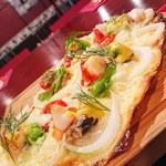 フランス家庭料理  グランダミ - エビ、ホタテ、イワシの魚介のタルトフランベ