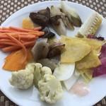 115469122 - サラダビュッフェの一部(人参のオレンジマリネ、焼レンコン、焼ネギ、焼とうもろこし、コリンキ、かぶ、ナス、カリフラワーなど)