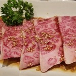 焼肉 充 - ③神戸牛バラ3枚       バラ肉ですが、上質で綺麗な霜降り。       レアで焼いても、しっかり火入れしても納得の美味しさ。       娘達が口々に「やっぱり充は美味しい!」と分かった様にのたまっています。(笑)