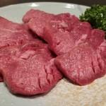 焼肉 充 - ①厚切り牛タン塩2枚       柔らかくて滑らかな舌触り、タンだけどしっかりした肉の味。