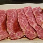 焼肉 充 - ④和牛上カルビ3枚       こちらも霜降りですが、神戸牛よりもサシの入りが少なめ。       その分、赤身の肉々しさも感じられます。