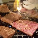 焼肉 充 - 焼き上げは私の仕事。       焼いて写真を撮って、取り分けて、自分も食べてと大忙し。(笑)