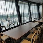 富士屋 グリル バー - 眺めの良い窓際の席