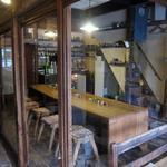 そば切り 蔦屋 - 左の入口から入るとガラス戸の廊下