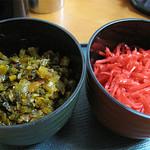 麺篤屋 - 卓上には紅しょうが・辛子高菜・手動スリゴマ・コショウが常備。