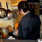銀座 ロックバー ヴォックス - カウンターの片隅が厨房なのだ!