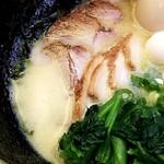 横浜ラーメン みなと家 - 豚骨醤油+うずら+チャーシュー+味玉+ほうれんそう③